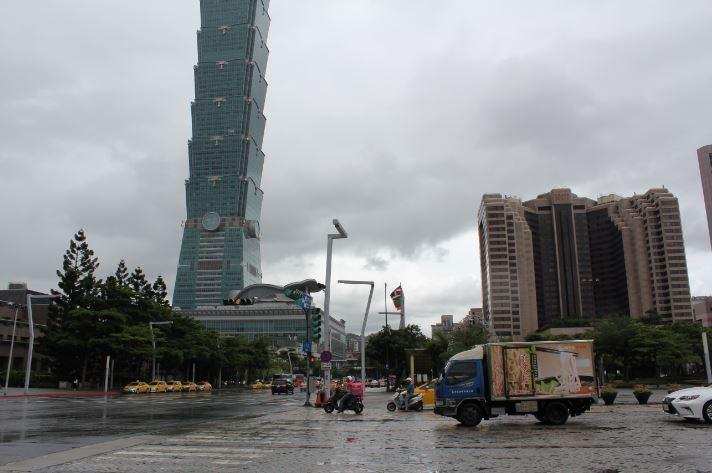 氣象局預估,19日南海的低氣壓逐漸往北移動,東南部、東部及中南部持續有陣雨,慎防...