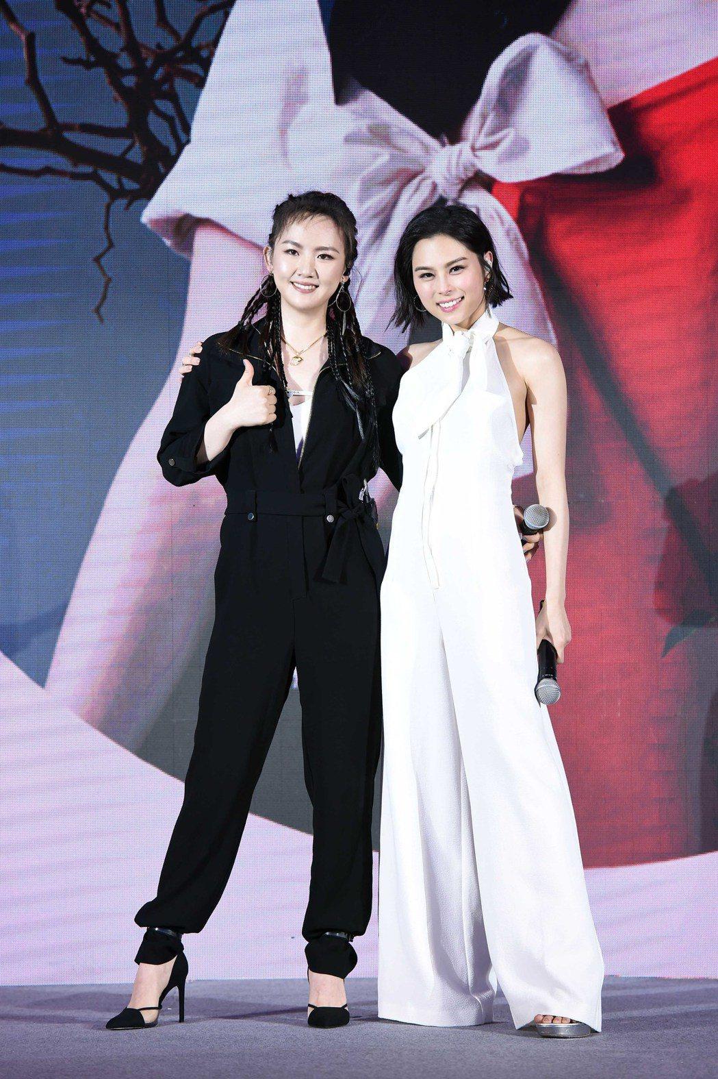 李幸倪(右)推出新專輯,好友陳梓童獻上祝福。圖/環球提供