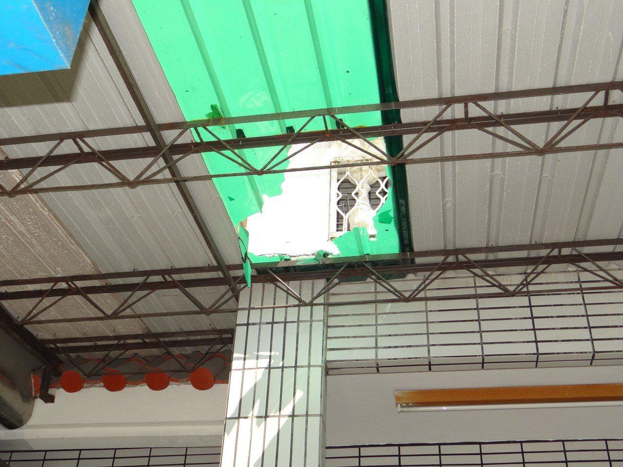 葉姓工人從2樓高踩破塑膠採光罩,不慎摔落1樓地面,緊急送醫院急救後,葉恢復生命跡...