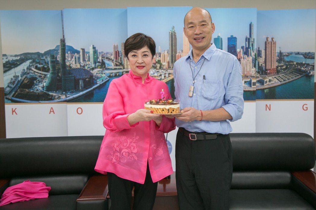 韓國瑜準備蛋糕為甄珍慶生。圖/高雄市政府新聞局提供