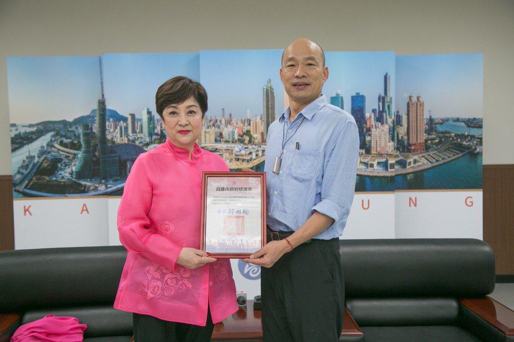 高雄市長韓國瑜致贈感謝狀給甄珍。圖/高雄市政府新聞局提供