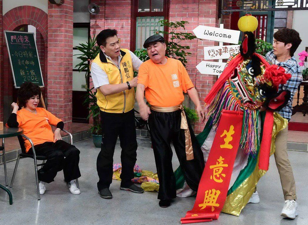 王彩樺(左)、方駿(右二)舞獅,直呼骨頭快斷。圖/華視提供