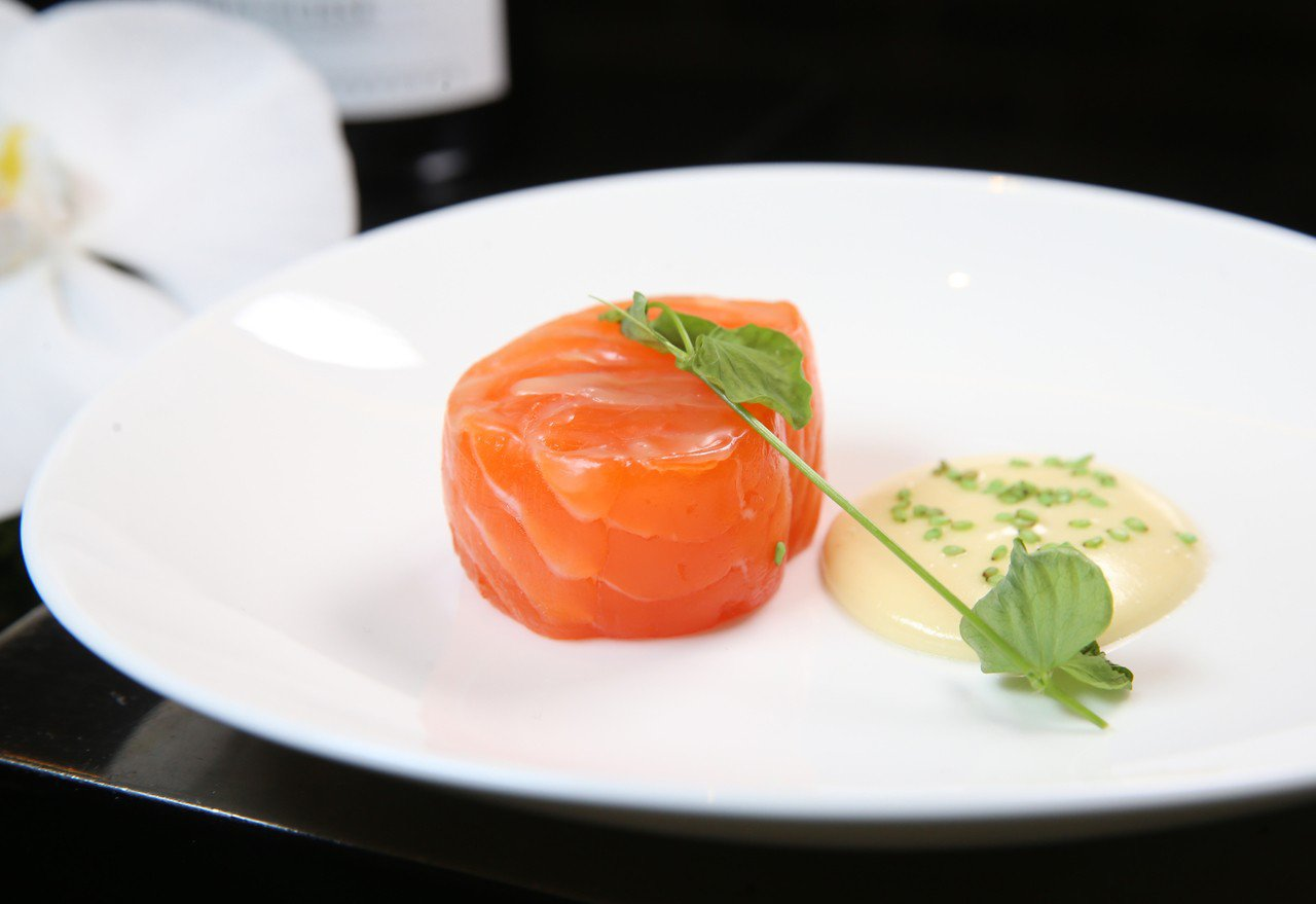 鮭魚含優質脂肪,抗發炎功效歸功於Omega-3脂肪酸,有助降低心臟病、關節疼痛與...