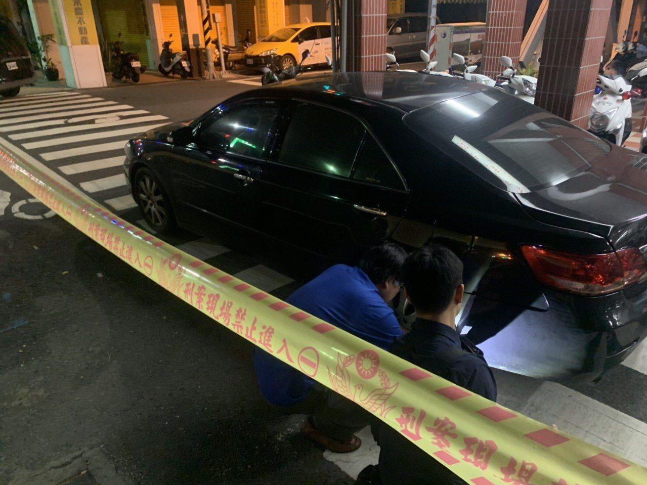 謝姓男子涉嫌衝撞女警,警方攔截他的轎車,正勘查撞痕。記者林保光/翻攝