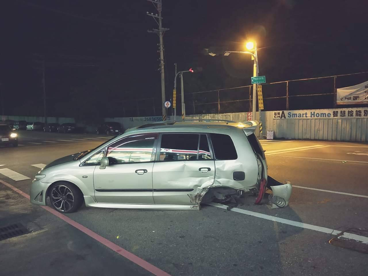 台中市大甲區昨晚發生車禍,沒酒駕的駕駛受傷,左後車輪被撞飛。圖/取自臉書我愛大甲...