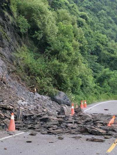 高雄山區未下雨,台27線六龜葫蘆谷路段今早發生土石坍方。記者徐白櫻/翻攝