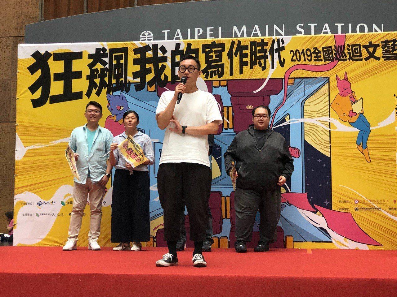 文藝營導師向學員喊話。記者曹悅華/攝影