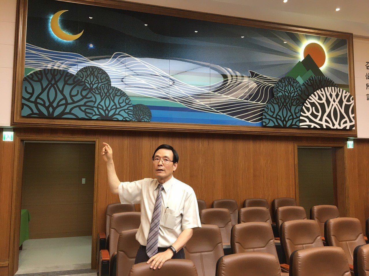 最高法院書記官徐昌錦介紹以鶯歌陶瓷為基底的作品,蘊含多種司法意象。記者林孟潔/攝...