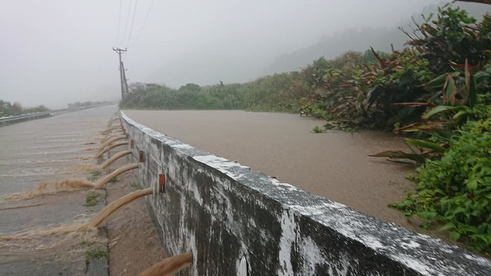 丹娜絲為蘭嶼帶來豪雨,島上環島公路多處路段因野溪山澗暴漲而淹水,幸未釀災。圖/魯...