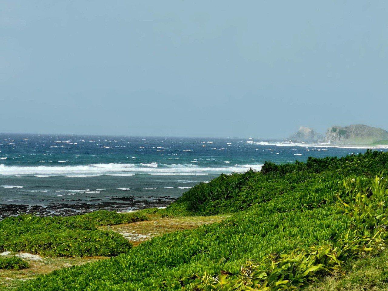 綠島今天中午雨勢稍停,但外海仍可見長浪不斷湧現。記者羅紹平/翻攝