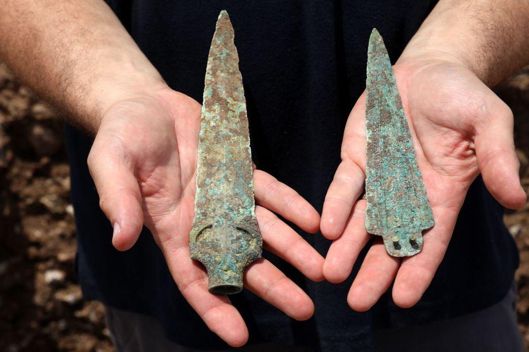考古學家在遺跡中一座戰士墳墓挖到的陪葬品,一個青銅製矛頭及匕首。法新社