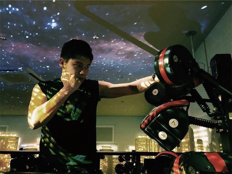 日本「b-monster」的運動空間有不同主題屏幕。圖/摘自IG:b_monst...