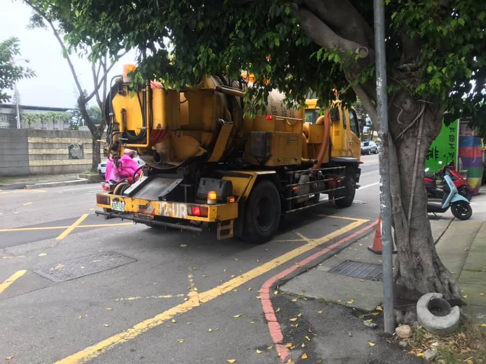 台中市太平區國軍台中總醫院前的中山路二段397號門口水溝竟被水泥封了,環保局上午...