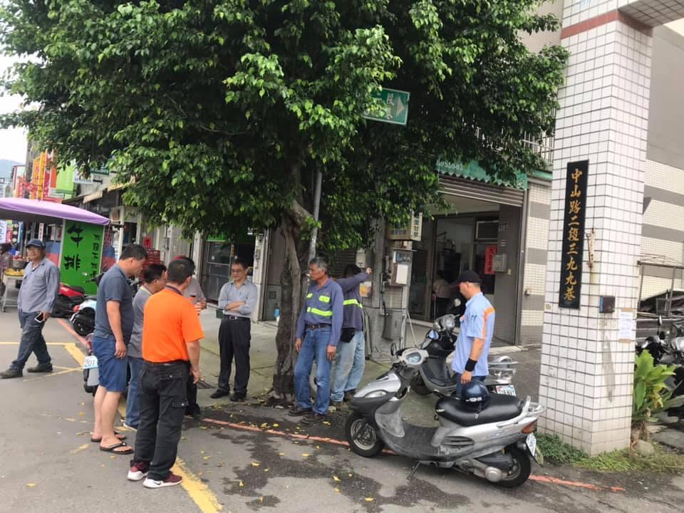 台中市太平區國軍台中總醫院前的中山路二段397號門口水溝竟被水泥封了,居民感到訝...