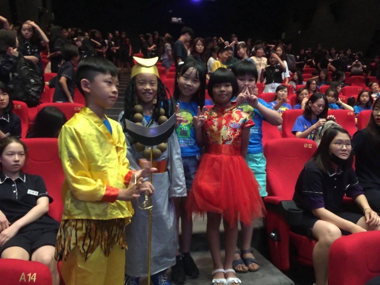 崑大師生帶學童拍短《藝閣西遊記》 。圖/學生提供