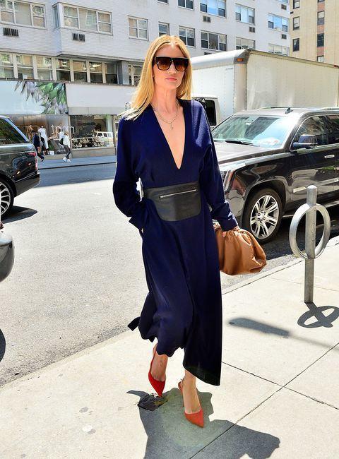 蘿西杭亭頓懷特莉拎The Pouch手拿包。圖/Bottega Veneta提供