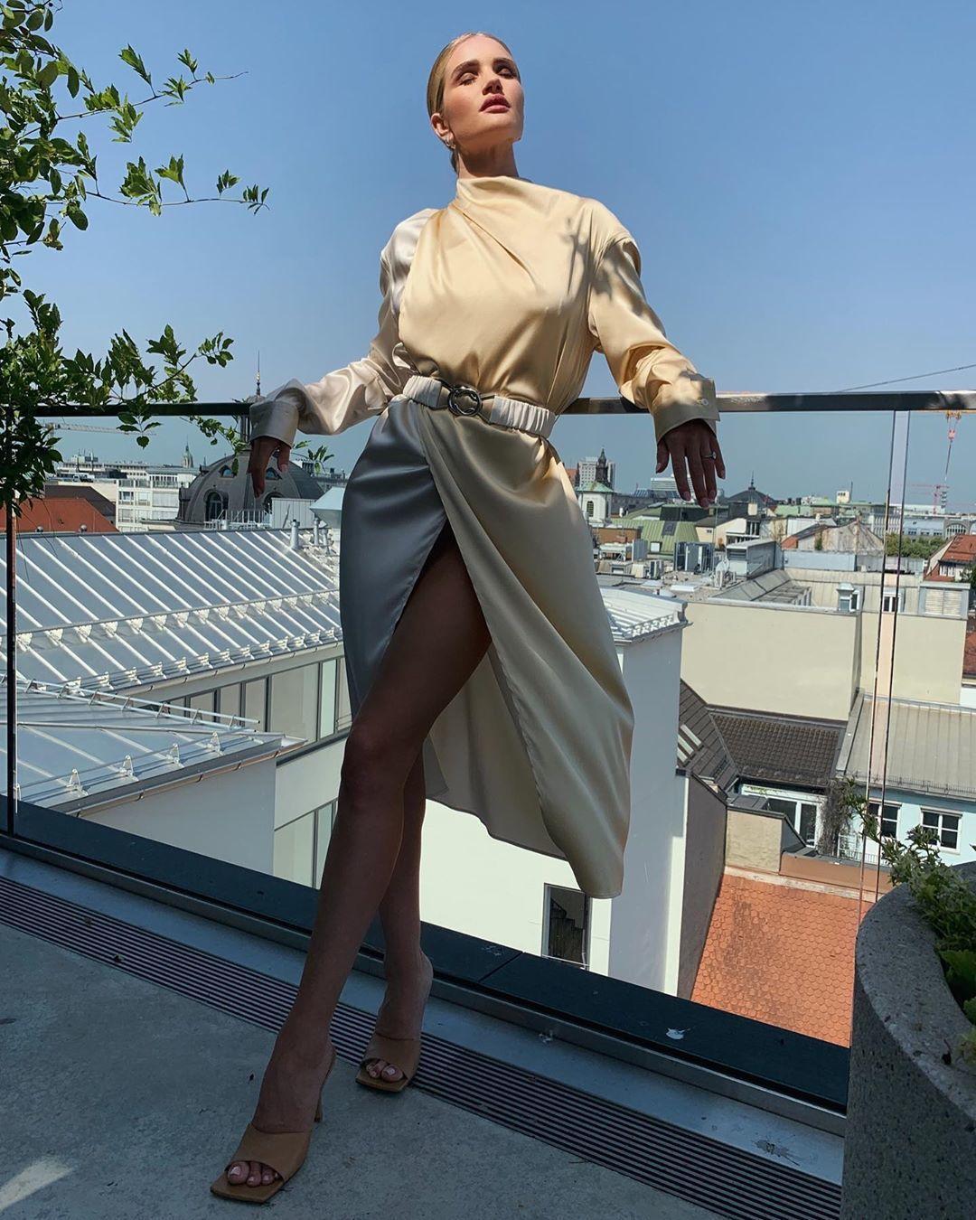 蘿西杭亭頓懷特莉穿Bottega Veneta洋裝與穆勒鞋。圖/摘自IG