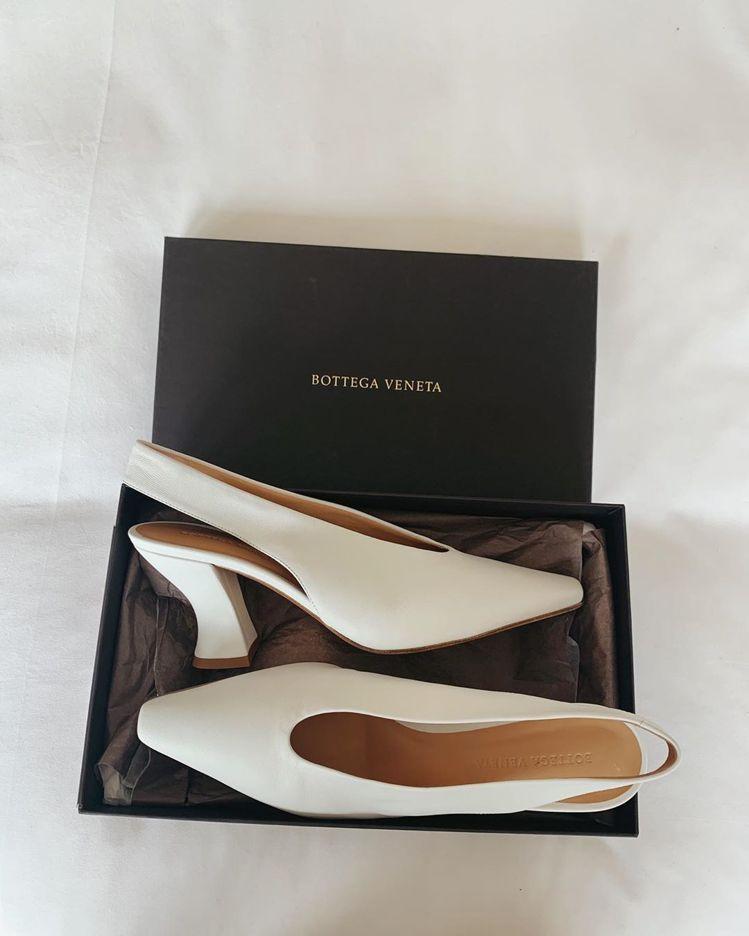 蘿西杭亭頓懷特莉在IG秀Bottega VenetaAlmond高跟鞋。圖/摘自...