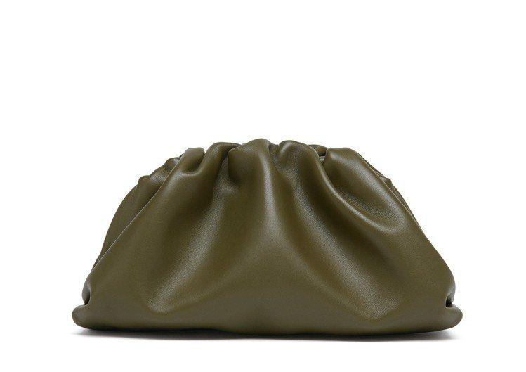 The Pouch 20 霧面小牛皮迷你手拿包,38,500元。圖/Botteg...