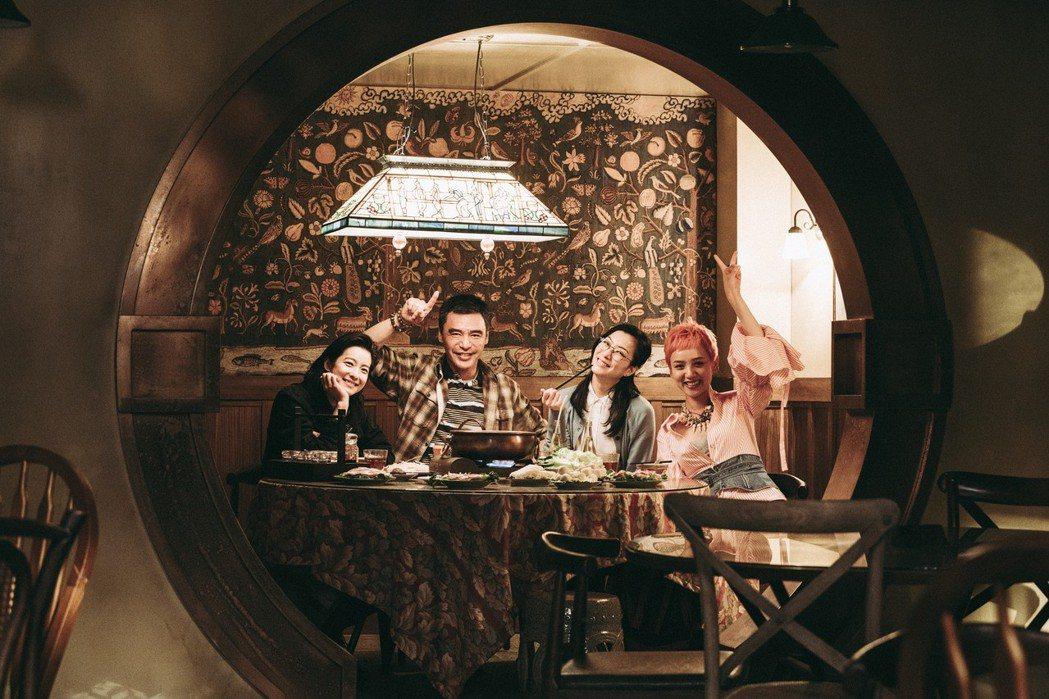 鍾鎮濤與飾演女兒的鄭秀文、賴雅妍、李曉峰一起吃火鍋。圖/華映提供
