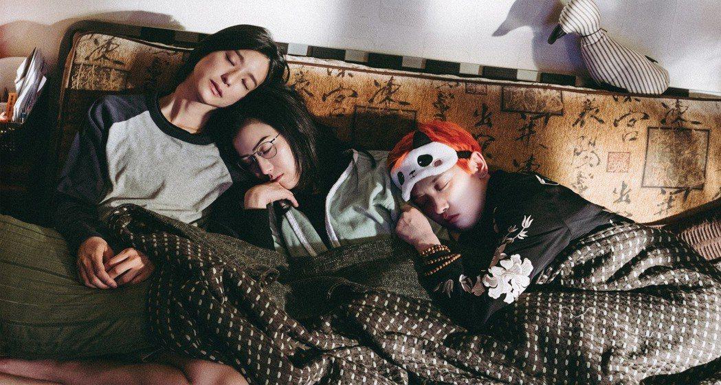 左起賴雅妍、鄭秀文、李曉峰演出同父異母三姊妹。圖/華映提供