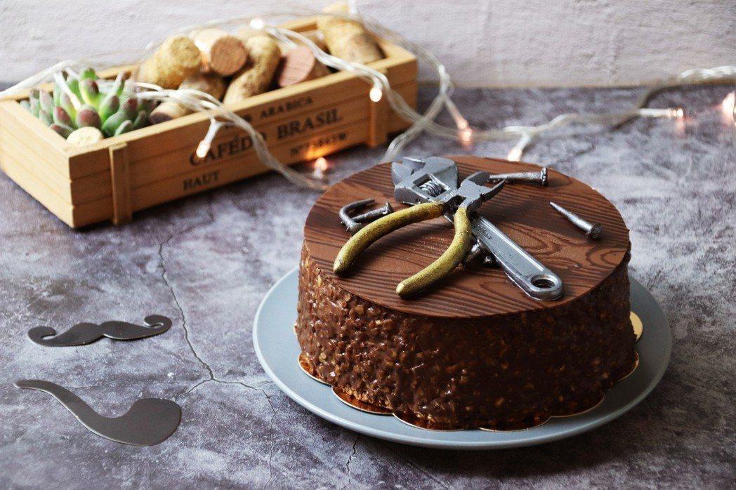 晶悅國際飯店應景推出限量版巧克力蛋糕,外層使用法式鏡面巧克力搭配杏仁顆粒,內餡是...