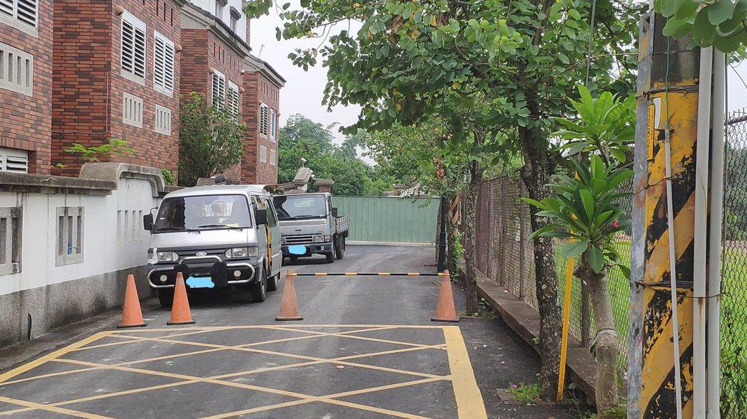 農舍外圍仍用車輛、三角錐等物品阻擋不讓外人靠近。記者李京昇/攝影
