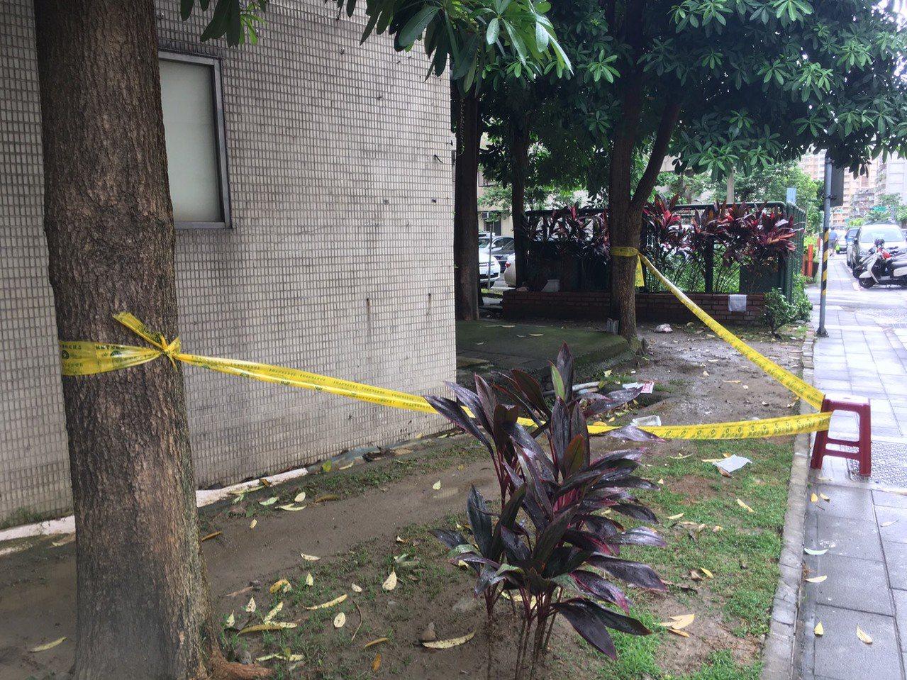台北市一名年約50歲的女子今天下午2時許自萬華區國興路上一棟社區大樓頂墜下。記者...