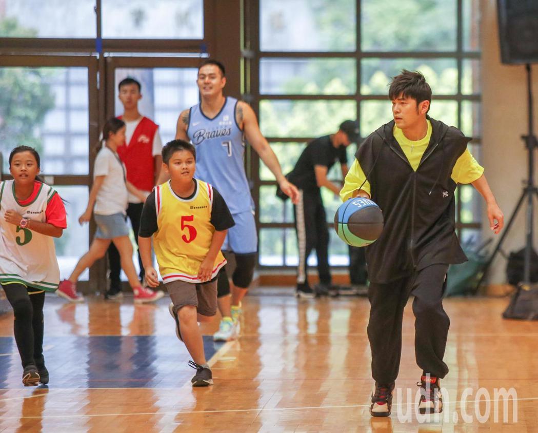 勇士JAY盟公益籃球活動代言人周杰倫(右)下場跟小朋友一起打球。記者鄭超文/攝影