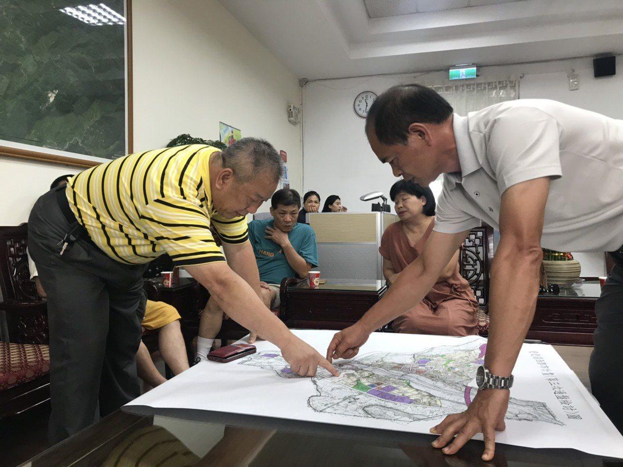 關西鎮長劉德梁(左一)今天也在鎮公所主管會報中,提醒各科長注意此案,為關西的好山...