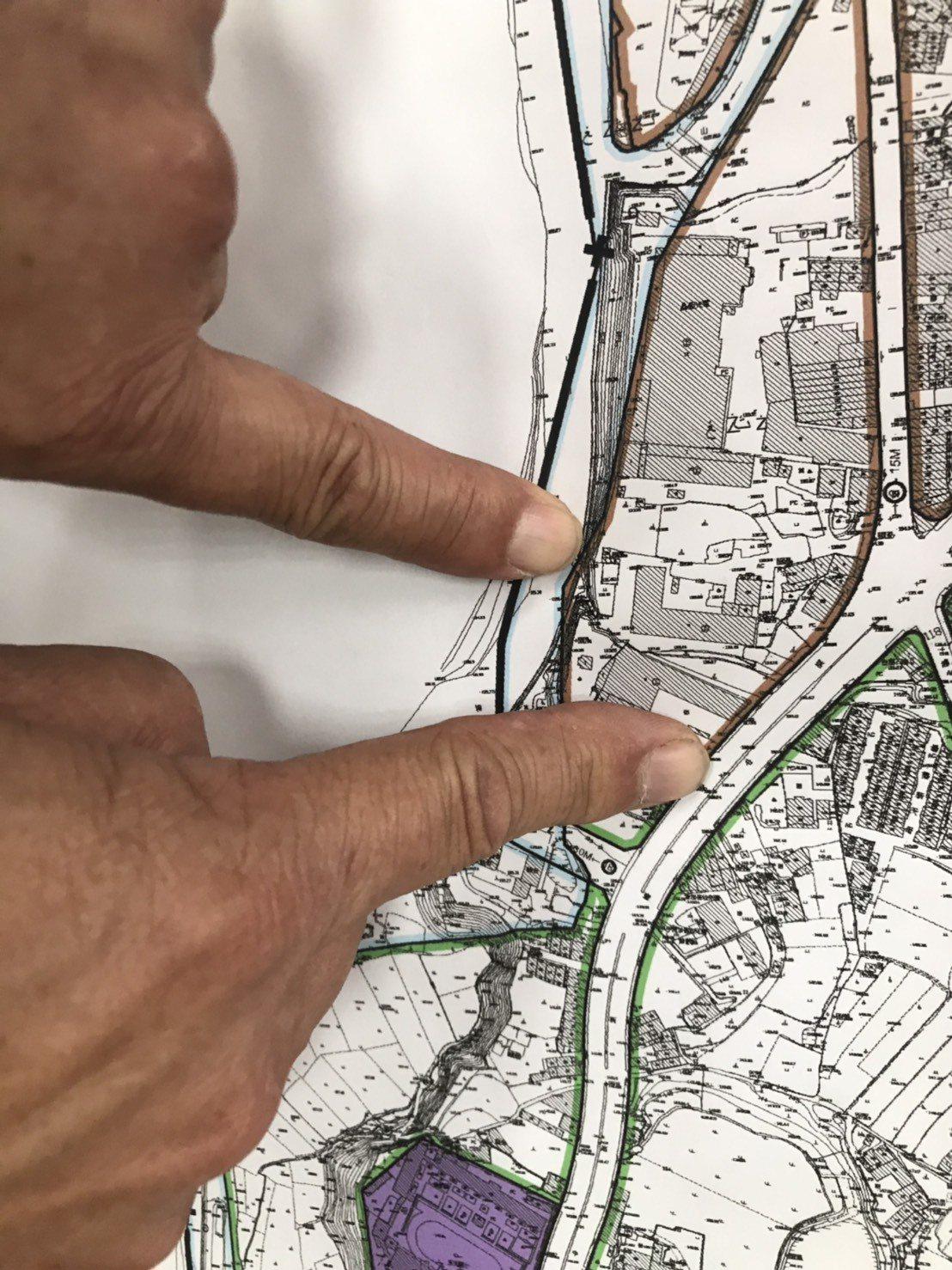 手指下方的地方是場址,上方是關西鎮的取水口,兩地相差不到300公尺。記者郭政芬/...