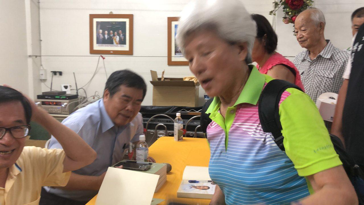 婦人大駡蔡英文不特赦阿扁,陳水扁摸頭笑而不答!記者陳秋雲/攝影