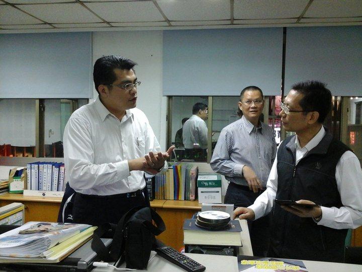 涂欣安(左)在太陽花驅離行動後請調到高雄,接受長官瞭解狀況。記者林保光/攝影