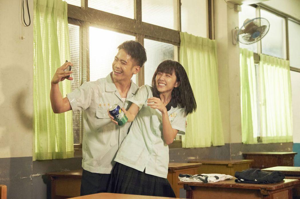 李淳和邵雨薇在「陪你很久很久」扮演高中生,展現青春活力。圖/威視提供