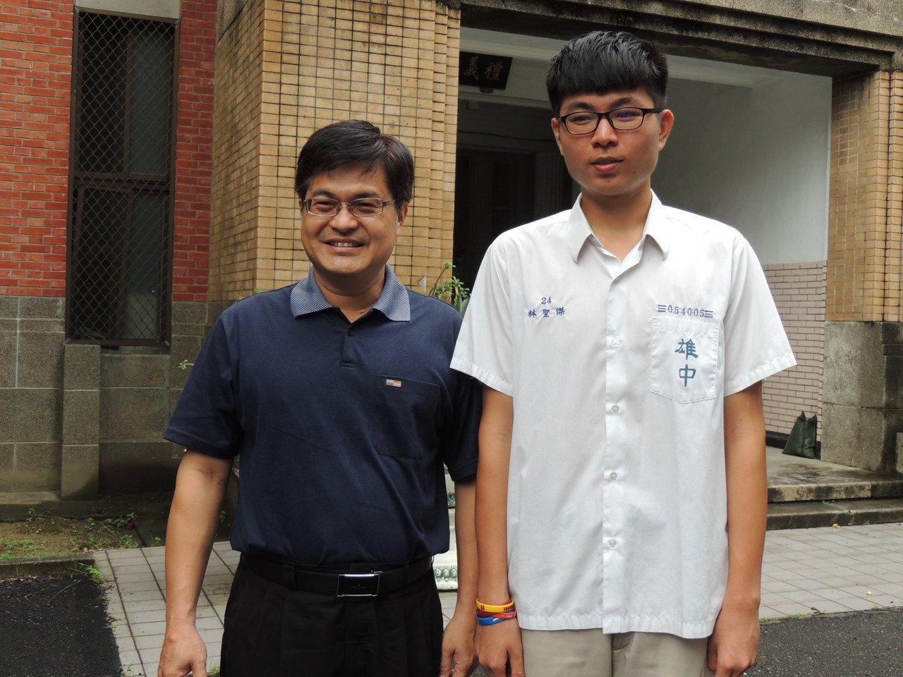 雄中校長謝文斌(左)祝賀今年指考第三類組榜首林聖傑(右)。記者徐如宜/攝影