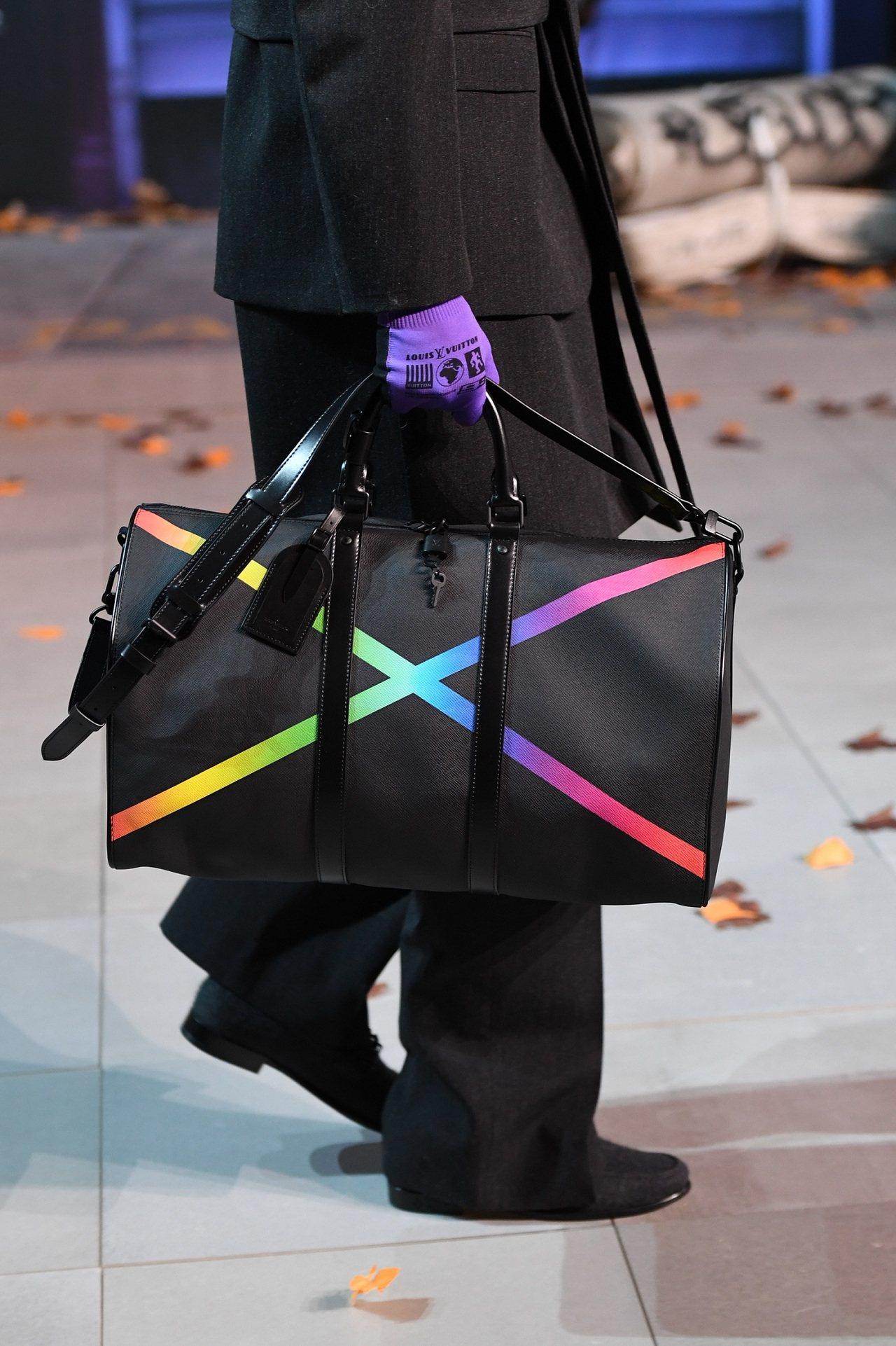 路易威登2019秋冬系列男裝中的一款旅行袋,成為了Tambour Slim Ra...