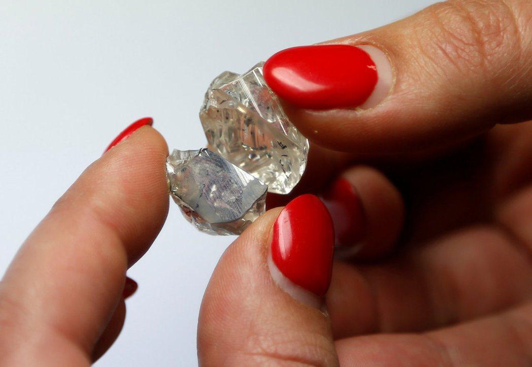 英美礦業集團18日調降旗下鑽石巨擘戴比爾斯的供應預測。路透