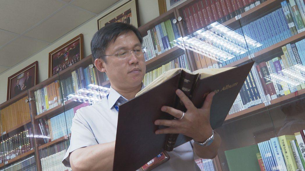 法務部行政執行署台北分署執行官黃有文,年輕時曾在酒店擔任少爺。 謝育炘/攝影