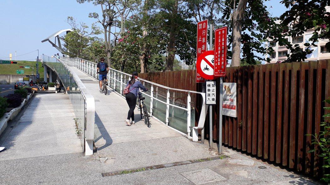 因許多民眾將未經申請汽機車駛入園區,為改善違規車輛亂象,新北市府於三重五華陸橋及...