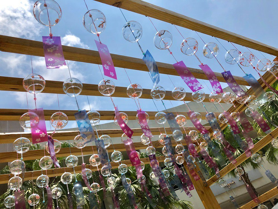 林口三井OUTLET 9/1前於中央廣場推出充滿夏日感的「結緣風鈴」。圖/摘自M...