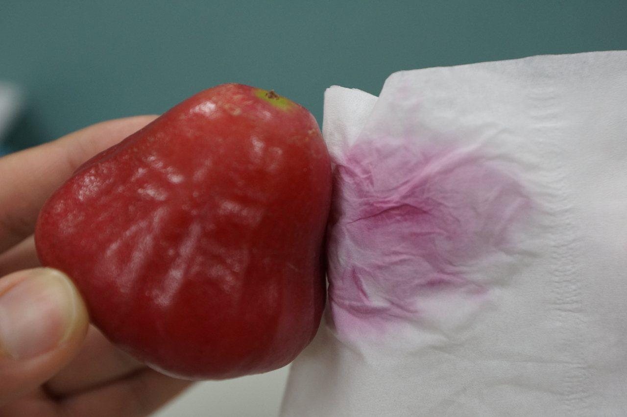 蓮霧表皮富含天然蠟質,人工色素也沒辦法輕易著色,衛生紙會擦出紅色,並非是人工色素...