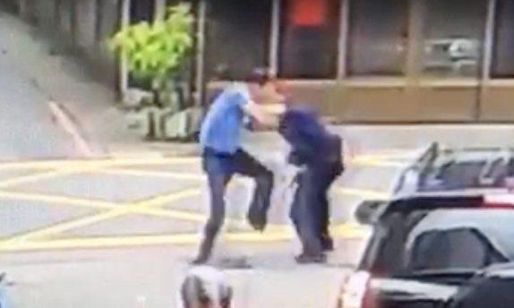 葉男(左)朝陳姓警員(右)踢踹。圖/警方提供