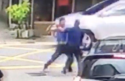 葉男(左)朝陳姓警員(右)揮拳。圖/警方提供