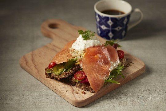 挪威燻鮭魚&藜麥蛋沙拉佐優格醬,300元。圖/SOGO提供