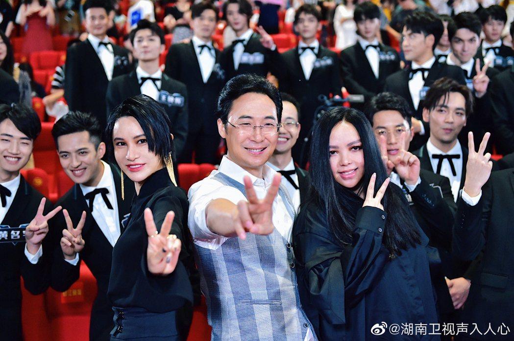 張惠妹(前排右起)、廖昌永、尚雯婕同為「聲入人心2」的導師。圖/摘自微博