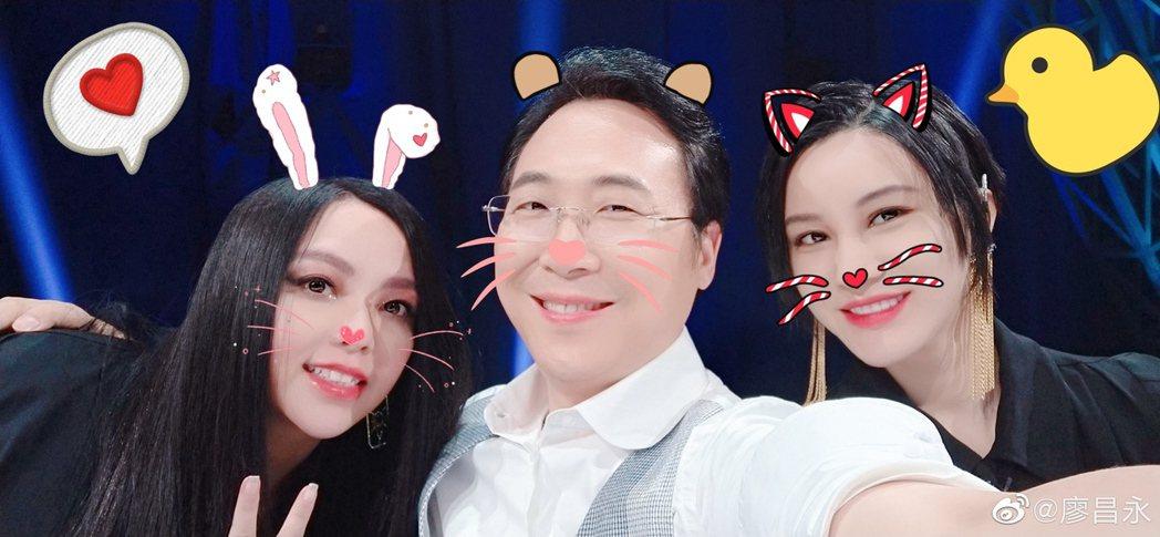 張惠妹(左起)、廖昌永、尚雯婕賣萌自拍。圖/摘自微博
