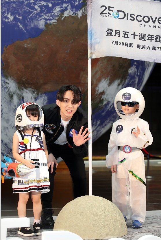 林宥嘉和小太空人一起為Discovery「登月50週年鉅獻」站台。記者曾吉松/攝...