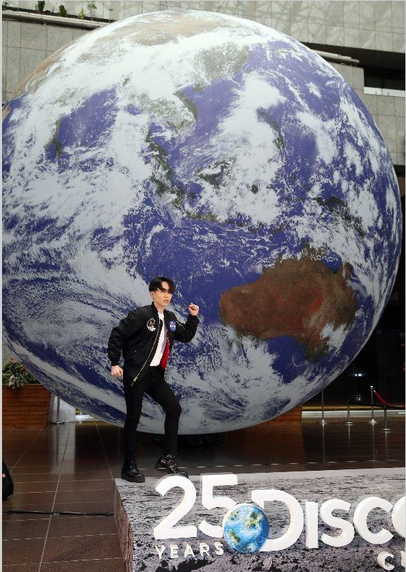 林宥嘉在巨大的「蓋亞」旁拍照,突顯出比例大小。記者曾吉松/攝影