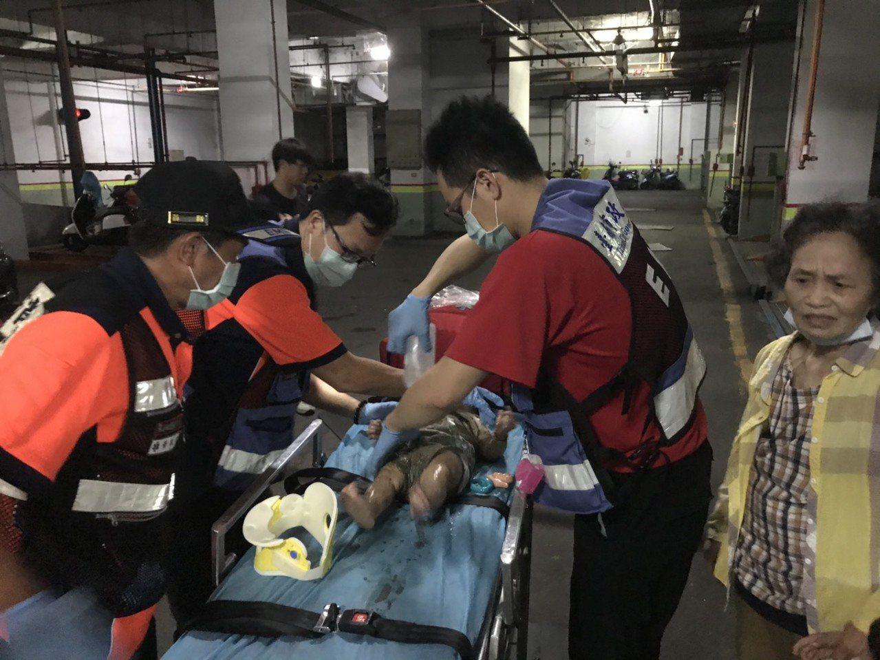 經警消人員搶救後,將女嬰救了上來,所幸女嬰意識清楚,送往成大醫院治療。記者邵心杰...