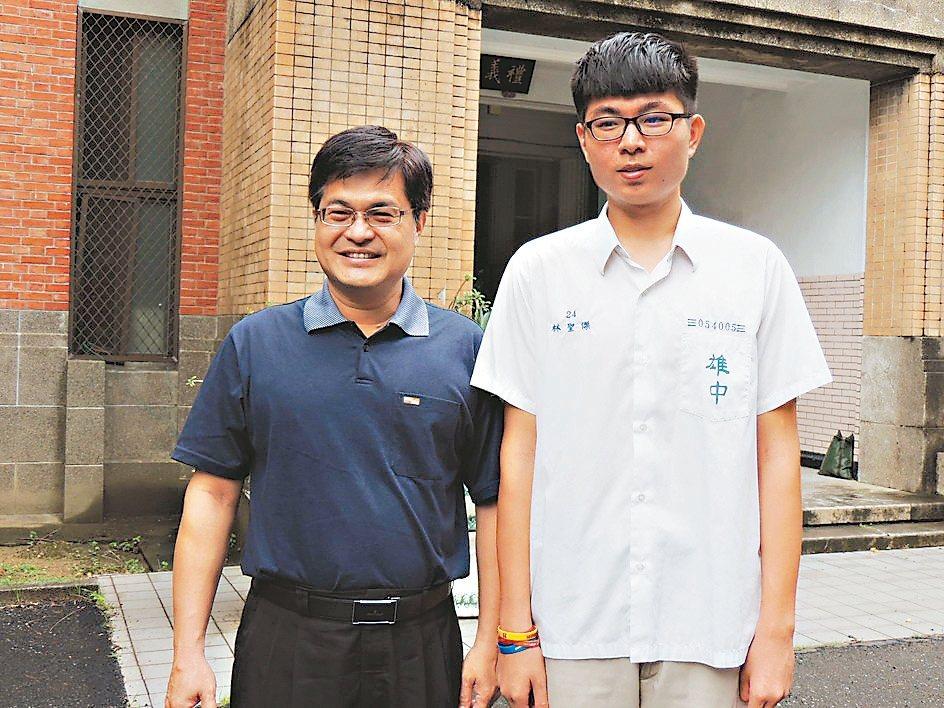 高雄中學學生林聖傑(右)拿下今年指考第三類組榜首,校長謝文斌與有榮焉。記者徐如宜...